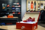 Bất chấp bị kêu gọi tẩy chay, giày Nike vẫn bán cháy hàng ở Trung Quốc