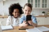 Nghiên cứu: Trẻ sẽ học tốt hơn ở trường khi không dùng điện thoại