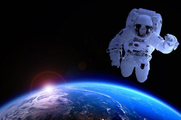 phi hành gia đi bộ trong không gian