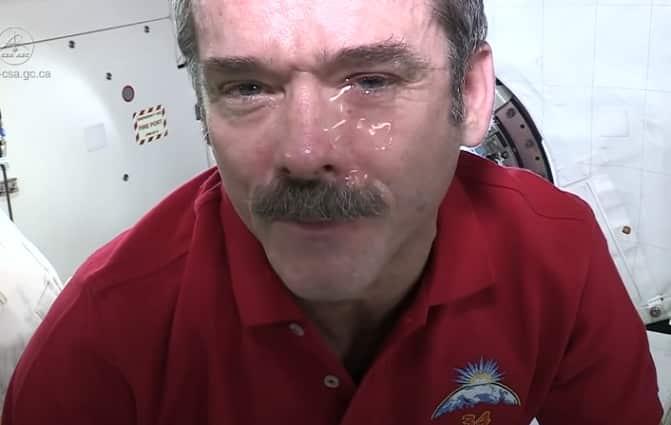 phi hành gia khóc