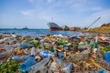 Cảm động ông lão 69 tuổi bị liệt đi thu gom rác thải nhựa trên sông