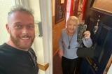 Người đàn ông trả lại chiếc ví đầy tiền cho cụ bà khuyết tật 93 tuổi