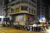 Người HK xếp hàng nhiều giờ trong đêm để mua số báo cuối cùng của Apple Daily