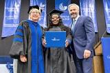 Nữ tài xế tốt nghiệp ĐH nhờ được hành khách hỗ trợ tiền học phí