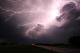 11 điều bạn không nên làm khi trời có bão
