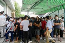Hà Nội: Hàng trăm người phải chen lấn giữa nắng nóng để chờ xét nghiệm COVID-19