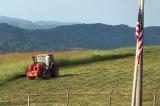 Nghe thấy quốc ca, chàng nông dân Mỹ đứng trên máy cày thực hiện nghi lễ