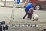 TQ: Quản lý đô thị ném người già văng xa tại Giang Tô [VIDEO]