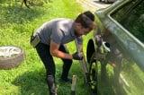 Chàng trai xa lạ giúp 2 mẹ con thay lốp xe giữa trời nắng gắt