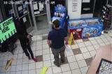 Tên cướp có súng vào cửa hàng bị một vị khách xử lý nhanh gọn